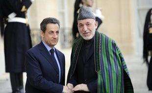 Nicolas Sarkozy a annoncé vendredi au président Hamid Karzaï une accélération d'un an du calendrier de retrait des troupes combattantes de l'armée française d'Afghanistan, avancé à fin 2013, une semaine après la mort de quatre militaires français tués par un soldat afghan.