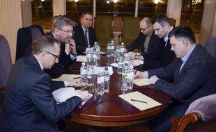 """Le commissaire européen chargé des relations de voisinage, Stefan Füle, a souligné jeudi à Kiev la nécessité de mesures """"urgentes"""" et de la fin de l'""""intimidation"""" des opposants pour sortir de la crise ukrainienne."""