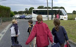 Des enfants montent dans un bus scolaire (Photo d'illustration).