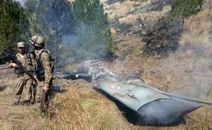 Des soldats pakistanais près de la carcasse d'un jet indien abattu au Pakistan, le 27 février 2019.