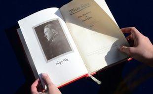 """Un exemplaire de """"Mein Kampf"""" signé par Hadolf Hitler lors d'une vente aux enchères à Los Angeles, le 25 février 2014"""