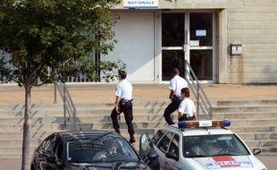Onze personnes, dont sept policiers, la majorité en poste au commissariat de Vénissieux, dans la banlieue lyonnaise, ont été placées en garde à vue mardi matin à Lyon, dans le cadre d'une enquête pour des faits de corruption et trafic d'influence.