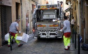 Des éboueurs procédant au ramassage des ordures à Aix-en-Provence (illustration).