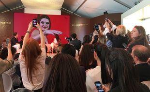 Une foule de journalistes pour le lancement de la plage Magnum par Kendall Jenner.