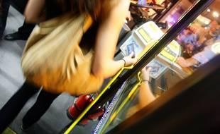 Une usagère dans un bus toulousain. Illustration