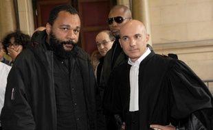 Dieudonné M'bala M'bala et son avocat Jacques Verdier, à Paris le 19 octobre 2012.