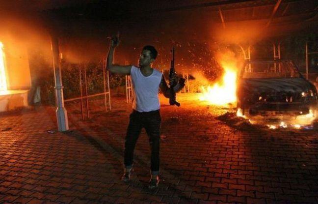 Un fonctionnaire américain a été tué mardi soir et un autre blessé dans une violente attaque du consulat américain à Benghazi dans l'est libyen par des hommes armés protestant contre un film offensant l'islam selon eux.