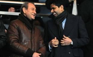 Nasser Al Khelaifi, le président de Qatar Sports Investments, en discussion avec Bertrand Delanoë, le maire de Paris, le 18 décembre 2011 au Parc des Princes.