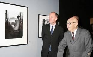 Le photographe Willy Ronis visite l'exposition qui lui rend hommage à l'Hotel de Ville de Paris le 18 janvier 2005.