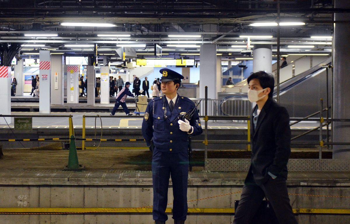 Un policier japonais dans une gare avant la venue de Barack Obama, le 18 avril 2016. – YOSHIKAZU TSUNO / AFP