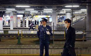 Un policier japonais dans une gare avant la venue de Barack Obama, le 18 avril 2016.