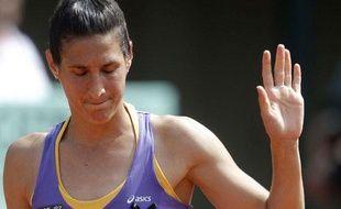 La joueuse de tennis française, Virginie Razzano, lors de sa défaite au premier tour de Roland-Garros, face à l'Australienne Jarmila Gojdosova, le 24 mai 2011.