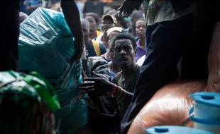 Des immigrés zimbabwéens déchargent leurs affaires d'un camion à leur arrivée à Harare en Afrique du Sud après les attaques xénophobes dans le pays, le 22 avril 2015