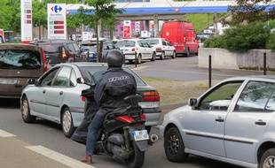 File d'attente impressionnante devant la station-service Carrefour Beaulieu, le 23 mai, à Nantes.