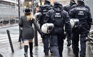 La police allemande et une jeune femme pendant le Carnaval de Cologne, le 4 février 2016.