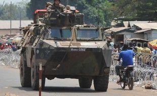 Des soldats français de l'opération Sangaris patrouillent le district PK12 de Bangui le 25 février 2014