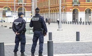 Des policiers à Nice le 27 février pour contrôler le respect du confinement partiel instauré dans 63 communes des Alpes-Maritimes