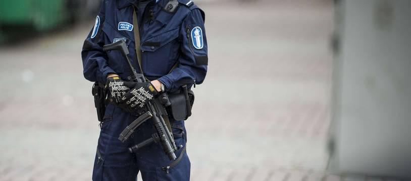 (Illustration) Un policier finlandais sur la Place du marché de Turku.