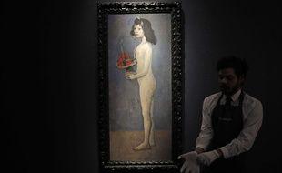 «Fillette a la corbeille fleurie» de Picasso présentée par un des membres de Christie's à New York, le 20 février 2018, avant sa mise aux enchères.