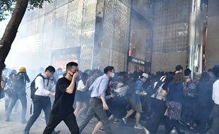 Des manifestants s'éloignent après des jets de gaz lacrymogènes à Hong Kong le 11 novembre 2019.