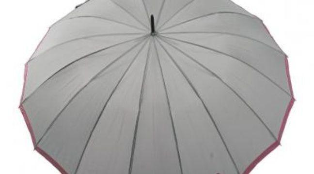 143251. Le parapluie D'Amazoni, en forme de fleur. 66€. Sur Internet. www.rueduparapluie.fr. Tél. : 03 61 05 74 51.   2. Le parapluie beige Bisetti, 25€. 16 baleines et une forme d'ombrelle, en plus résistant. www.parapluie.com. Tél. : 03 66 72 19 43. 3. Le carré Cosmos, 79€. Piganiol SAS, 9, rue Ampère 15000 Aurillac. www.piganiol.fr. Tél : 04 71 63 42 60.  4. Le parapluie anti-UV en forme de cœur, 33€. Une des fantaisies de Larkanciel. www.larkanciel-parapluies.com. Tél. : 06 38 39 79 50.  5. PVC fleurs découpées d'Isotoner, 20€. Un modèle transparent des plus enveloppants. Grand magasins. www.isotoner.fr. –