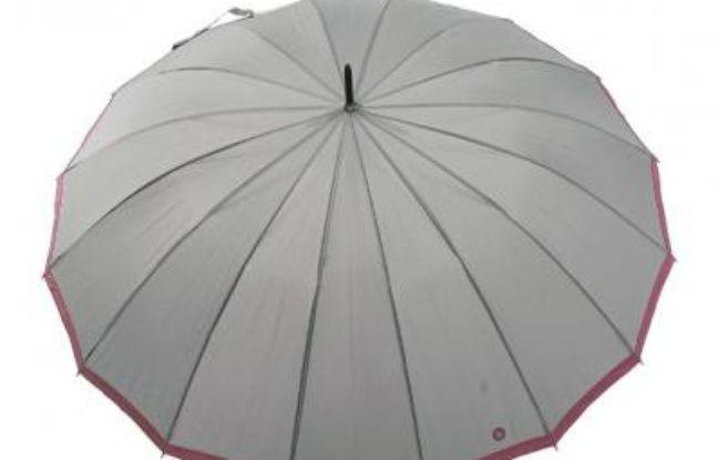 143251. Le parapluie D'Amazoni, en forme de fleur. 66€. Sur Internet. www.rueduparapluie.fr. Tél. : 03 61 05 74 51.   2. Le parapluie beige Bisetti, 25€. 16 baleines et une forme d'ombrelle, en plus résistant. www.parapluie.com. Tél. : 03 66 72 19 43. 3. Le carré Cosmos, 79€. Piganiol SAS, 9, rue Ampère 15000 Aurillac. www.piganiol.fr. Tél : 04 71 63 42 60.  4. Le parapluie anti-UV en forme de cœur, 33€. Une des fantaisies de Larkanciel. www.larkanciel-parapluies.com. Tél. : 06 38 39 79 50.  5. PVC fleurs découpées d'Isotoner, 20€. Un modèle transparent des plus enveloppants. Grand magasins. www.isotoner.fr.