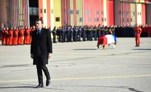 Emmanuel Macron à la base de Nîmes, dans le Gard.