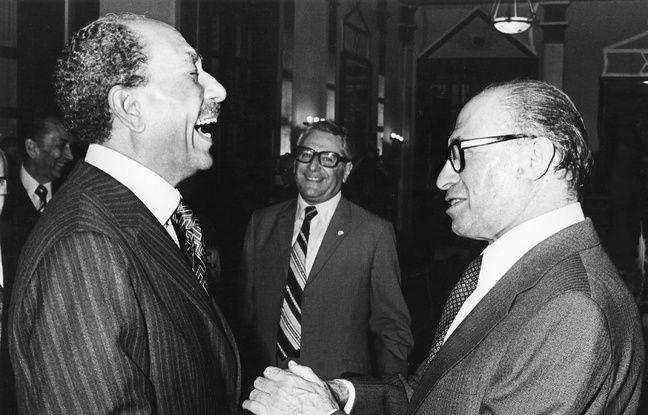 Le président égyptien Anouar el-Sadate et le Premier ministre israélien Menahem Begin, le 20 novembre 1977 à Jérusalem.