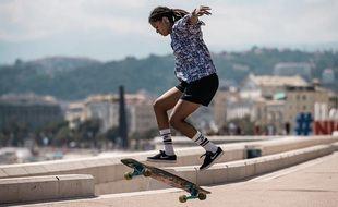 Marina Fenty, championne du monde de longboard dancing, à Nice.