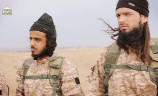 Capture d'écran du 17 novembre 2014, provenant d'une video de propagande du groupe EI diffusée le 16 novembre 2014, montrant deux membres du groupe EI dont le Français Maxime Hauchard (d) soupçonné d'être un des bourreaux des Syriens décapités