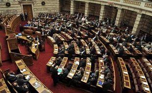 """Le Parlement grec a voté dans la nuit de mardi à mercredi un texte suspendant l'aide de l'Etat au parti néonazi Aube dorée, dont six députés sont inculpés pour """"constitution d'organisation criminelle""""."""