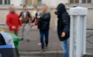 Des parents d'élèves et des manifestants se sont affrontés le 14 novembre 2014 devant le lycée Montaigne, à Paris.
