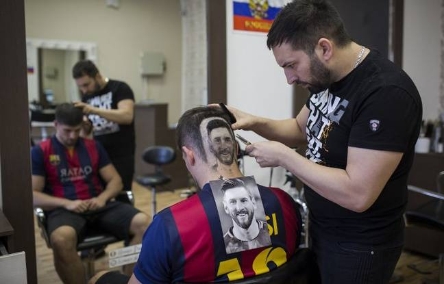 Mario Hvala dans son salon de coiffure.