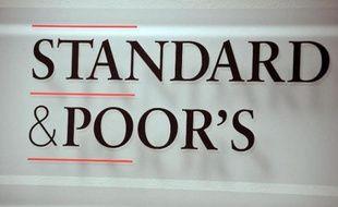 """L'agence de notation financière Standard and Poor's a abaissé vendredi la perspective de la note de la dette souveraine du Portugal de """"stable"""" à """"négative"""", à cause d'une """"incertitude politique croissante"""" suite à la démission de deux ministres."""