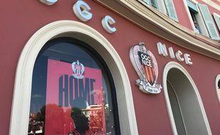Devant la boutique officielle de l'OGC Nice.