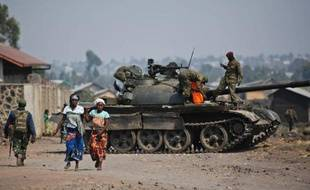 Un char de l'armée régulière de RDC à Munigi, dans la banlieue de Goma, le 15 juillet 2013