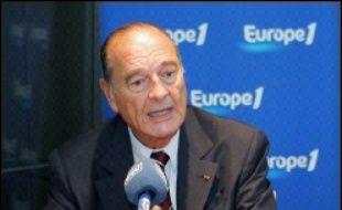"""Le président Jacques Chirac a proposé, lundi sur Europe 1, que """"les Six renoncent à saisir le Conseil de sécurité"""" dans le bras de fer sur le nucléaire iranien et que """"l'Iran renonce à l'enrichissement de l'uranium"""" pour permettre la négociation."""