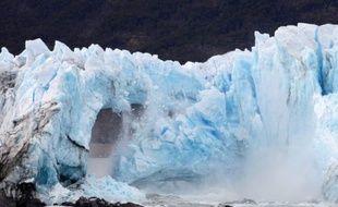 L'arche de glace, formée à une extrémité du glacier argentin du Perito Moreno, s'effondre le 10 mars 2016