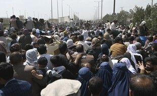 Des Afghans cherchant à fuir Kaboul