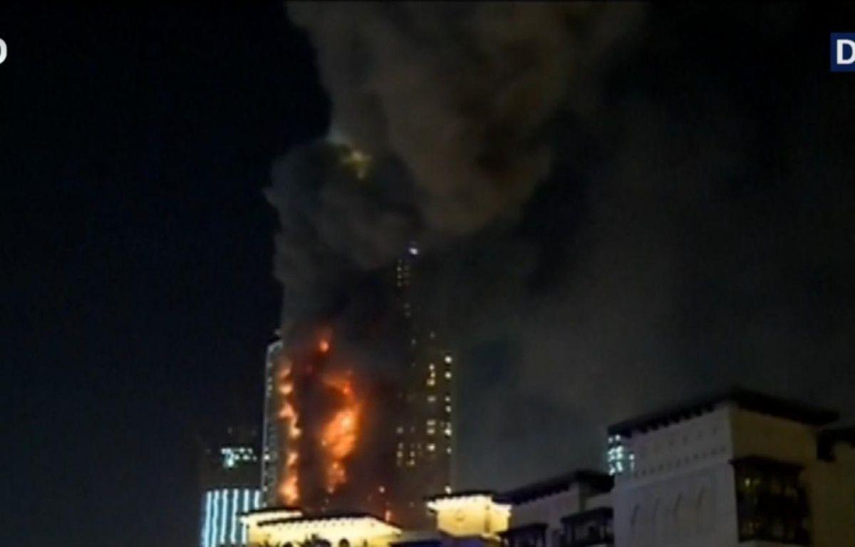 Capture d'écran, un énorme incendie fait rage jeudi dans un hôtel de luxe de Dubaï, près de la plus haute tour du monde, Burj Khalifa – Capture BFMTV