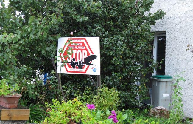 Devant les maisons de Saint-Aignan, des panneaux expriment l'opposition au réaménagement de l'aéroport Nantes-Atlantique.