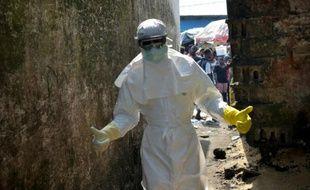 Un membre de la Croix-Rouge, en combinaison de protection, lors de l'épidémie du virus Ebola, le 5 janvier 2015 à Monrovia, au Liberia
