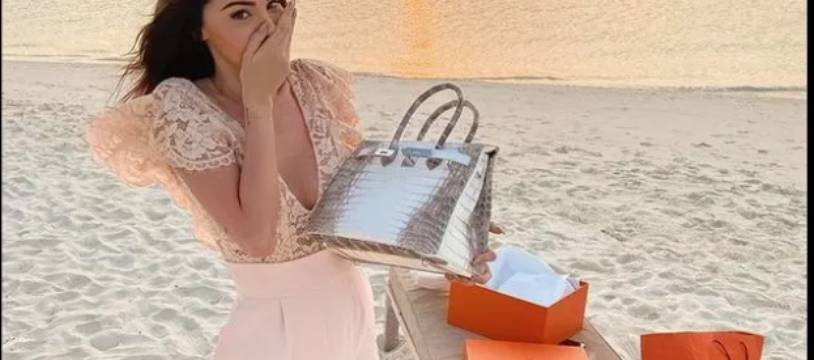 Nabilla Vergara a reçu pour son anniversaire un sac à main Hermès en peau de croco très rare.