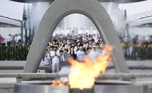 Des Japonais prient devant le mémorial d'Hiroshima, le 6 août 2017.