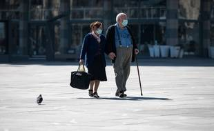 Un couple de personnes âgées masquées (image d'illustration).