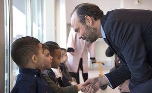 Edouard Philippe saluant un enfant lors de l'inauguration d'une école à Marseille