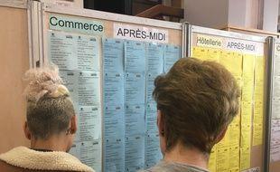 Des personnes recherchent un job d'été, lors d'un salon à la Grande-Motte (Illustration).