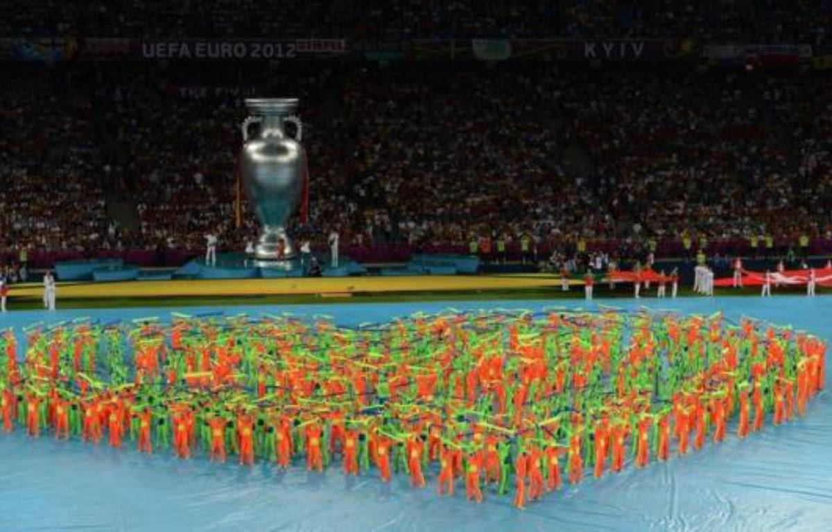 La finale de l'Euro-2012 entre l'Espagne et l'Italie a été précédée dimanche par une cérémonie colorée qui s'est déroulée alors que le stade olympique de Kiev se remplissait petit à petit de supporteurs italiens, un peu, et espagnols, beaucoup. – Christof Stache afp.com