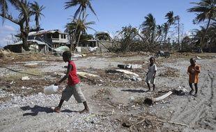 Après le passage de l'ouragan Matthew, qui a frappé Haïti et a pourl'heure coûté la vie à près de 900 personnes, la priorité est de fournir une prise en charge médicale et le matériel de première nécessité à la population.