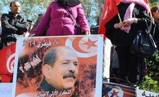 Un portrait de l'opposant assassiné Chokri Belaid est déployé au cimetière de la banlieue de Tunis où il est enterré, le 8 février 2014